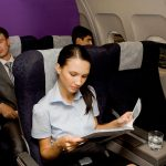 長距離移動の機内で快適に過ごすコツとは?