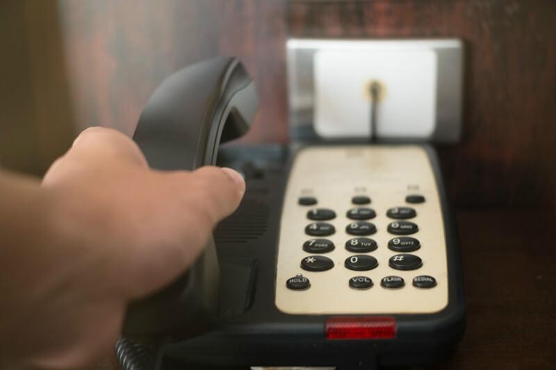 ホテルの部屋からフロントへ電話するときの英会話