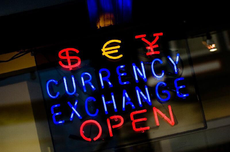 街中の両替所は土日や夜間営業しているところも多い